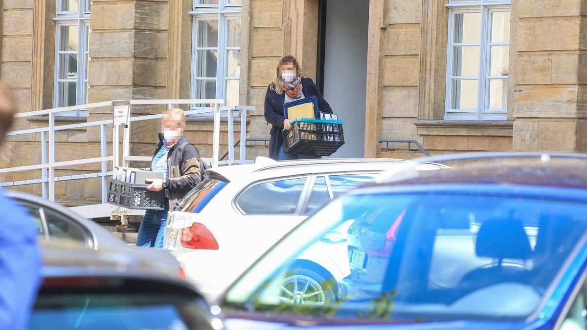 Ermittler tragen Akten aus dem Bamberger Rathaus