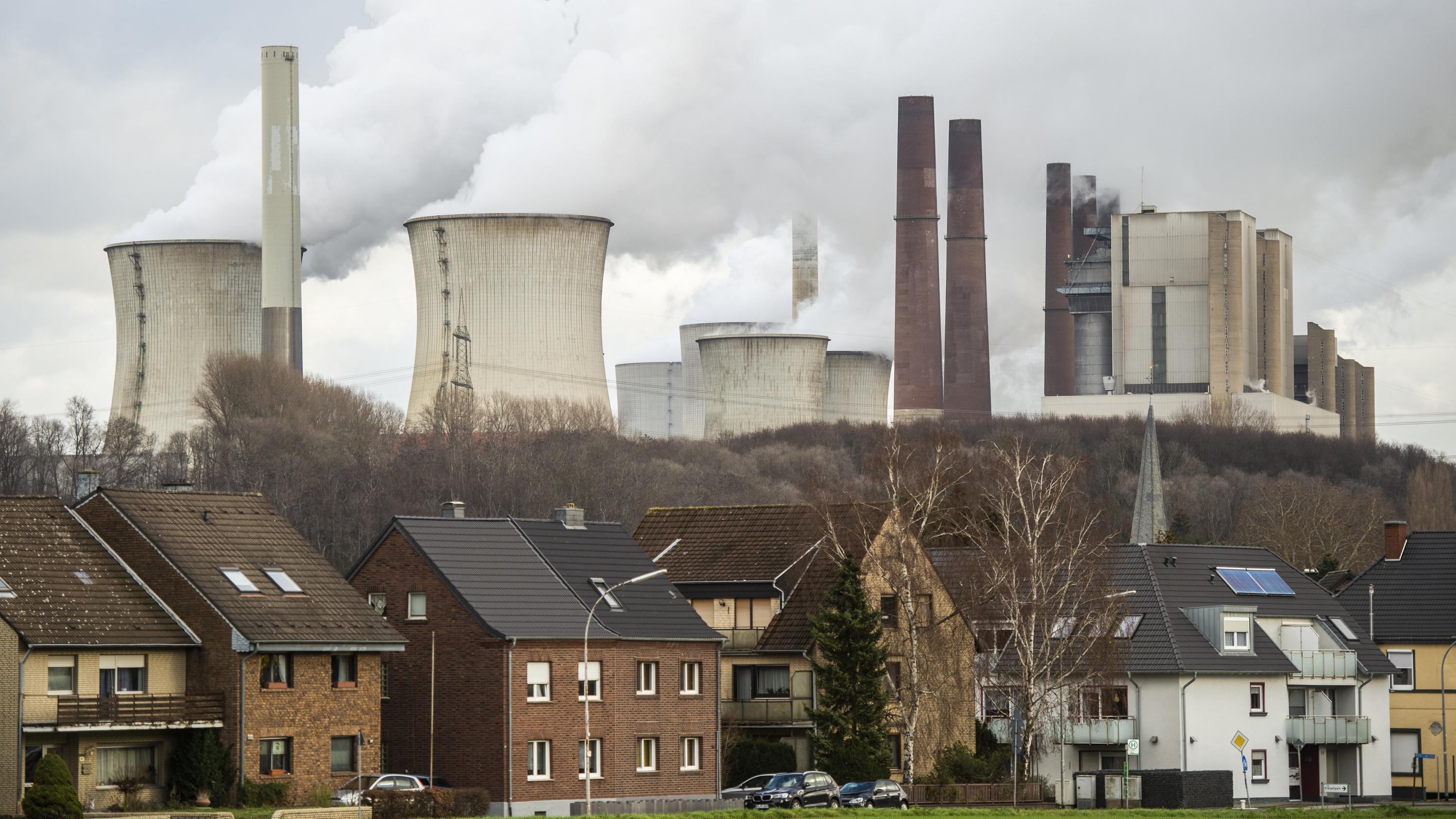 Grevenbroich (NRW) - Kühltürme des RWE-Braunkohlekraftwerks Neurath
