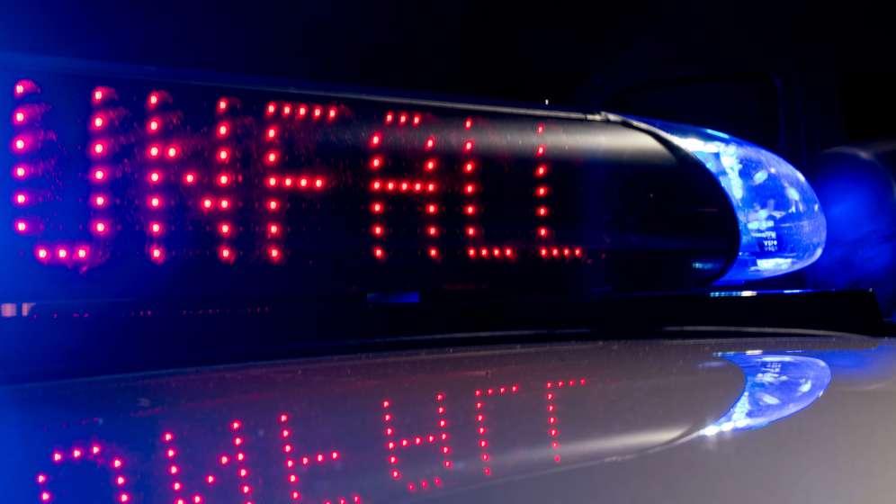 Eingeschaltetes Blaulicht auf einem Polizeiwagen | Bild:dpa-bildfunk/Monika Skolimowska