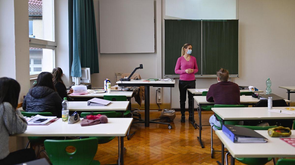 Schüler sitzen mit Abstand zueinander in einem Klassenzimmer. (Symbolbild)