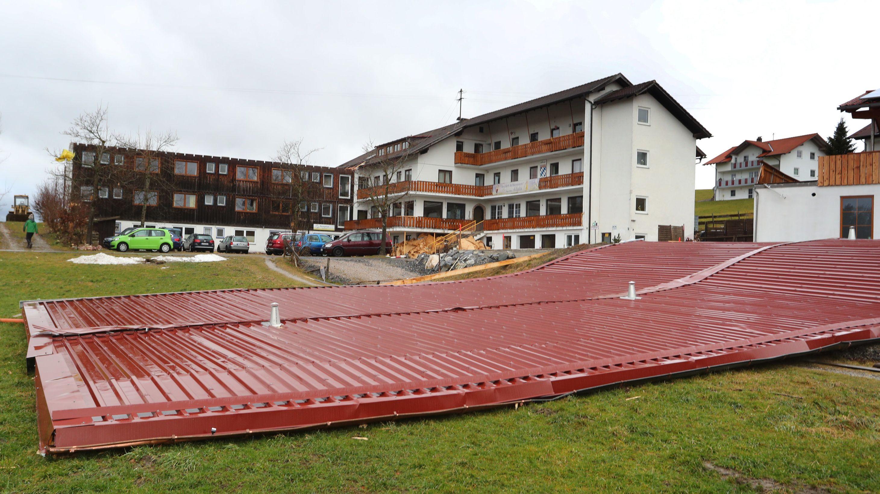 Oy-Mittelberg: Vom Sturm abgetragen ist das Dach eines Seminarhauses.
