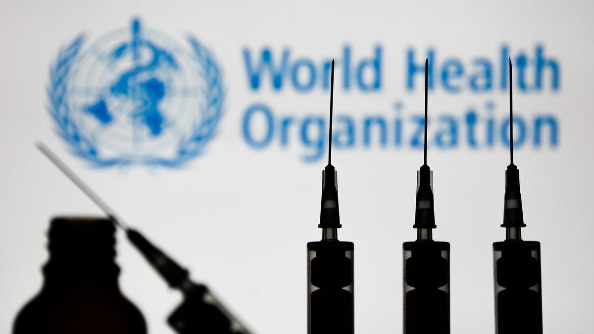 Spritzen vor dem Logo der Weltgesundheitsorganisation