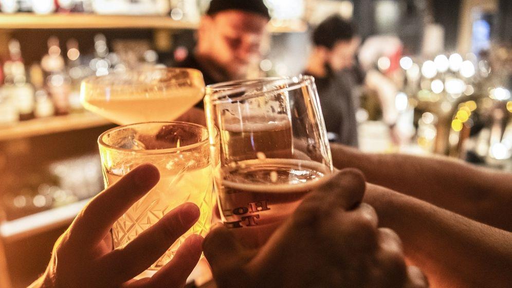 Gäste prosten sich in einer Bar zu. | Bild:dpa-Bildfunk/Paul Zinken