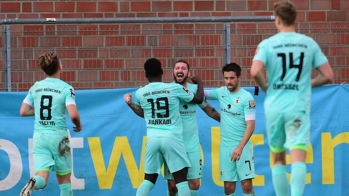 Torjubel von Sascha Mölders im Spiel des TSV 1860 München in Uerdingen