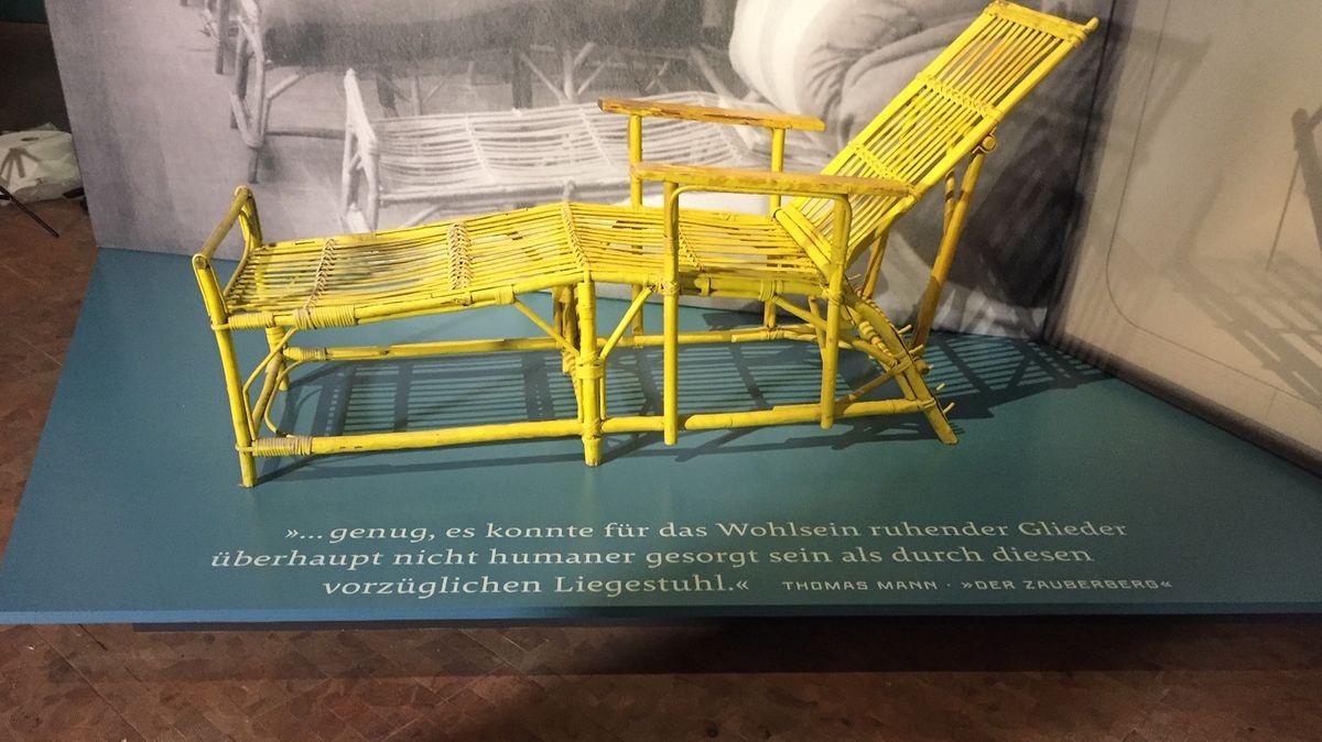 Ein gelber altmodischer Liegestuhl im Germanischen Nationalmuseum in Nürnberg.