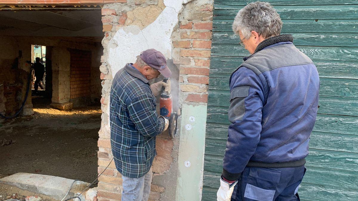 Arbeiten an der Außenseite des Hauses.