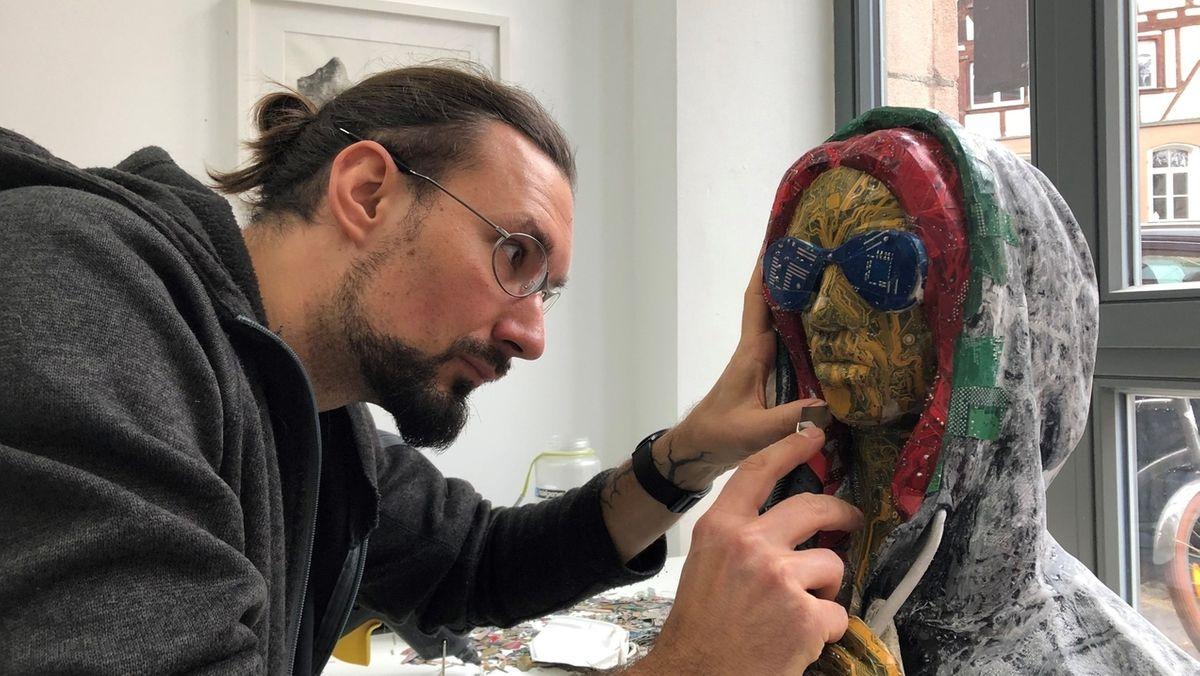 """Künstler Sebastian Hertrich arbeitet an seiner """"Trojaner-in"""""""