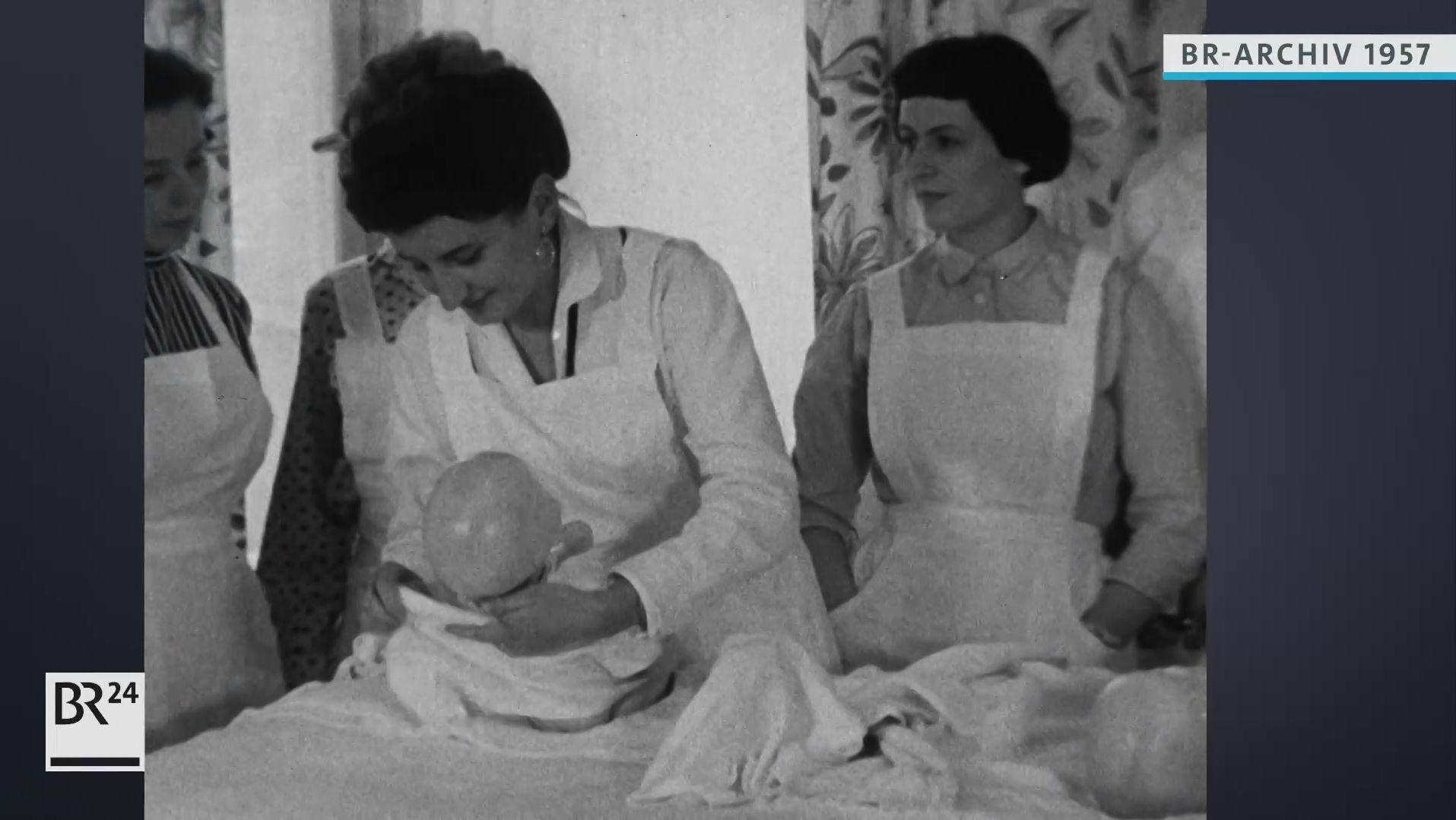 Angehende Ehefrauen im Kurs für Säuglingspflege