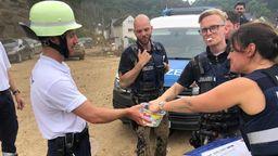 Die Malteser helfen, wo sie gebraucht werden: Das können auch mal Gummibärchen für die Polizei sein.   Bild:Daniel Schwarz