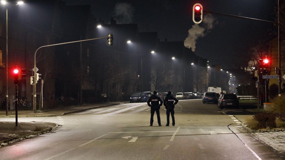 Symbolbild: Polizisten kontrollieren die nächtliche Ausgangssperre