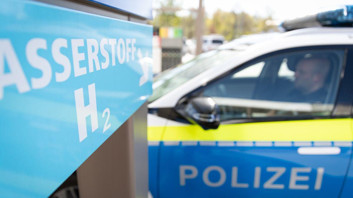 Polizeiwagen an der Tankstelle (Symbol)