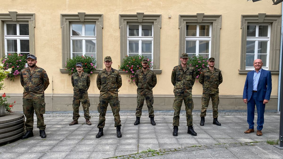 Landrat Thomas Habermann verabschiedet die Soldaten aus Mittenwald