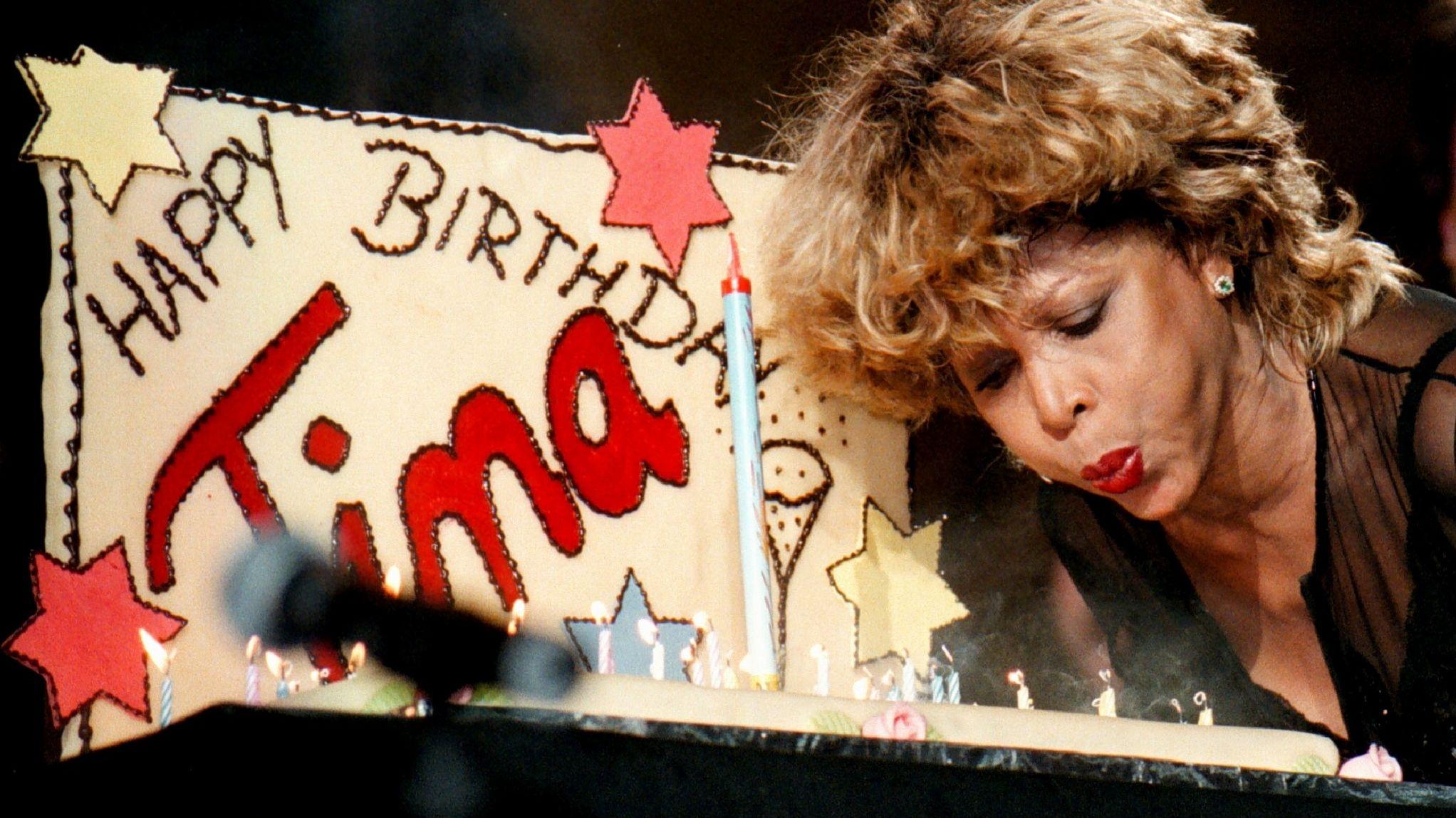 Tina Turner bläst die Kerzen auf einem Geburtstagskuchen aus.