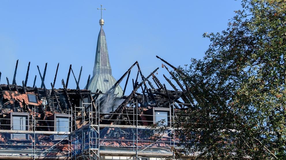 Beschädigter Dachstuhl: Verkohle Dachbalken des Klosters Rottenbuch ragen am 19.09. in den Himmel. | Bild:dpa-Bildfunk/Matthias Balk