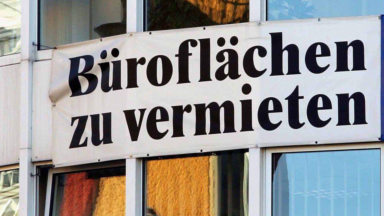 """Ein Transparent mit der Aufschrift """"Büroflächen zu vermieten"""""""