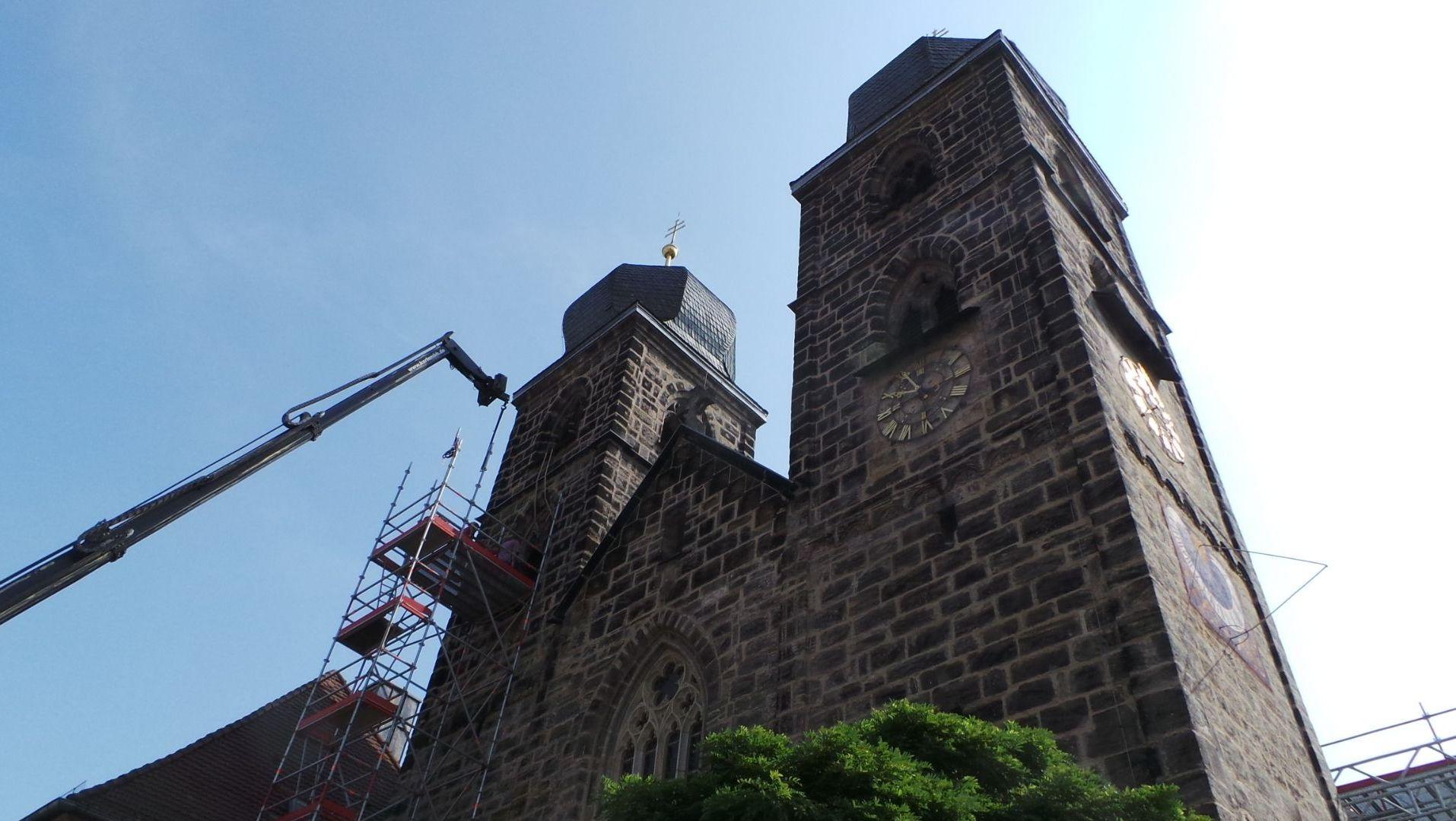 Die Kirche Sankt Gangolf von unten, an der Seite steht ein Kran.