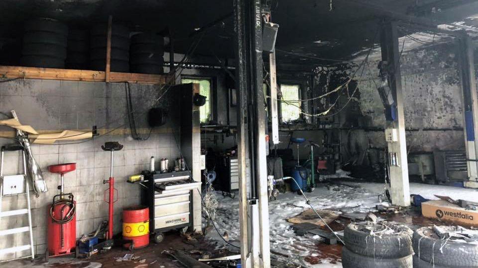 Beim Brand in einer Kfz-Werkstatt in Regen ist am Abend ein Schaden von rund einer Viertelmillion Euro entstanden.