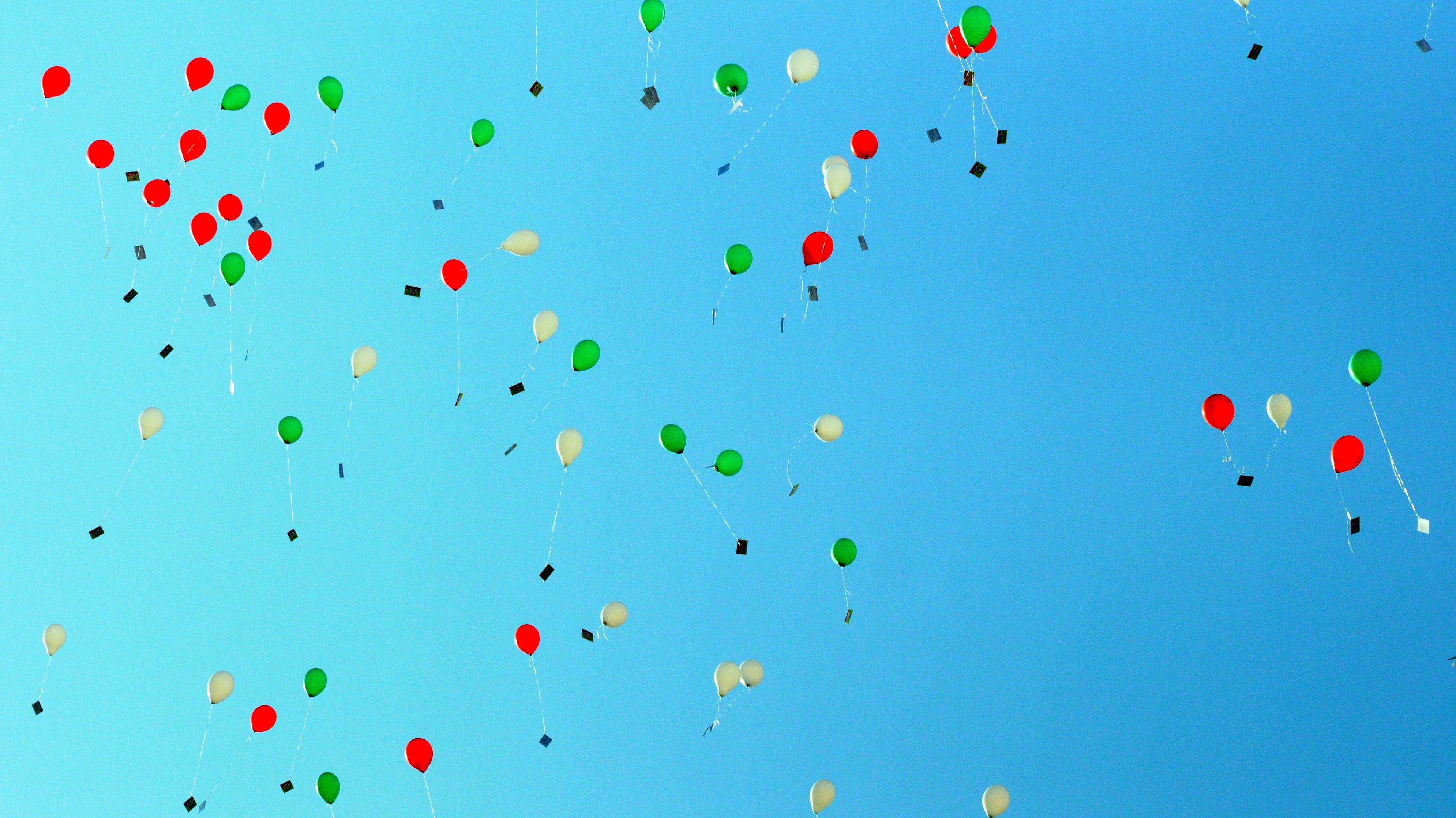 Rote, grüne, weiße Luftballons