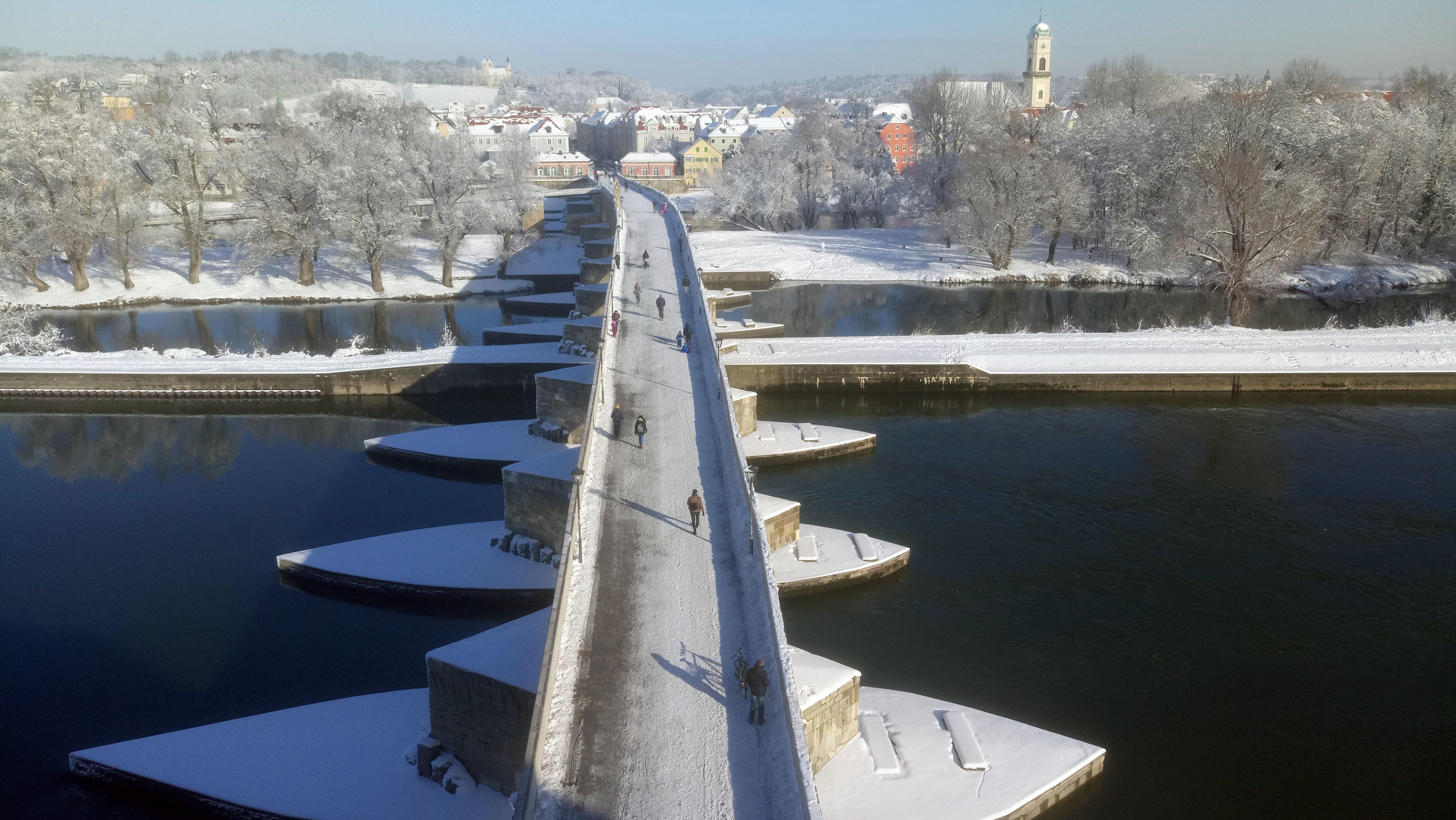 Die Steinerne Brücke in Regensburg: Nach den heftigen Schneefällen vom Sonntag kam am Montag die Sonne raus.