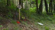 Kreuz am Straßenrand erinnert an den tödlich verunglückten Familienvater. | Bild:BR