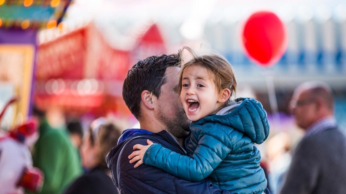 Ein Vater mit seiner Tochter auf dem Münchner Oktoberfest beim Kinder- und Familientag