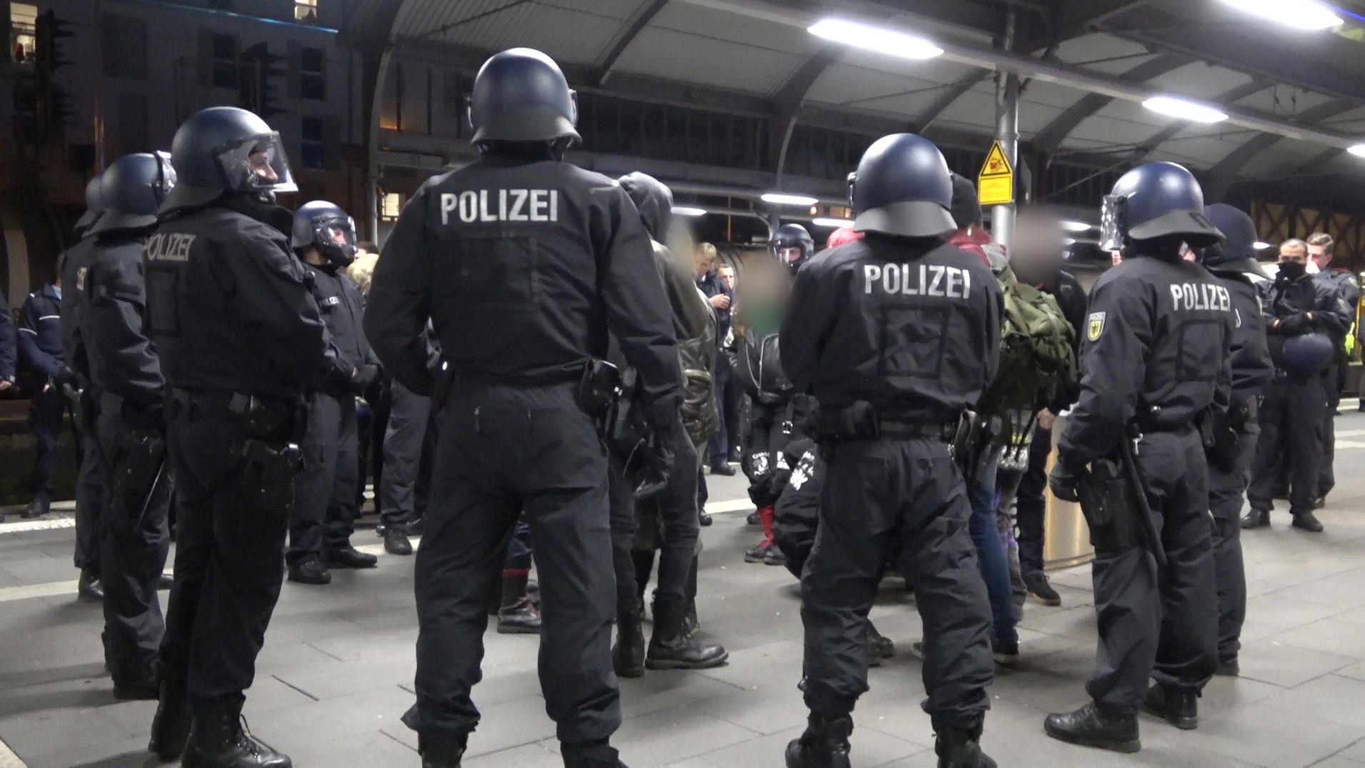 Polizisten umringen einige Personen auf einem Bahngleis am Hauptbahnhof in Bonn.