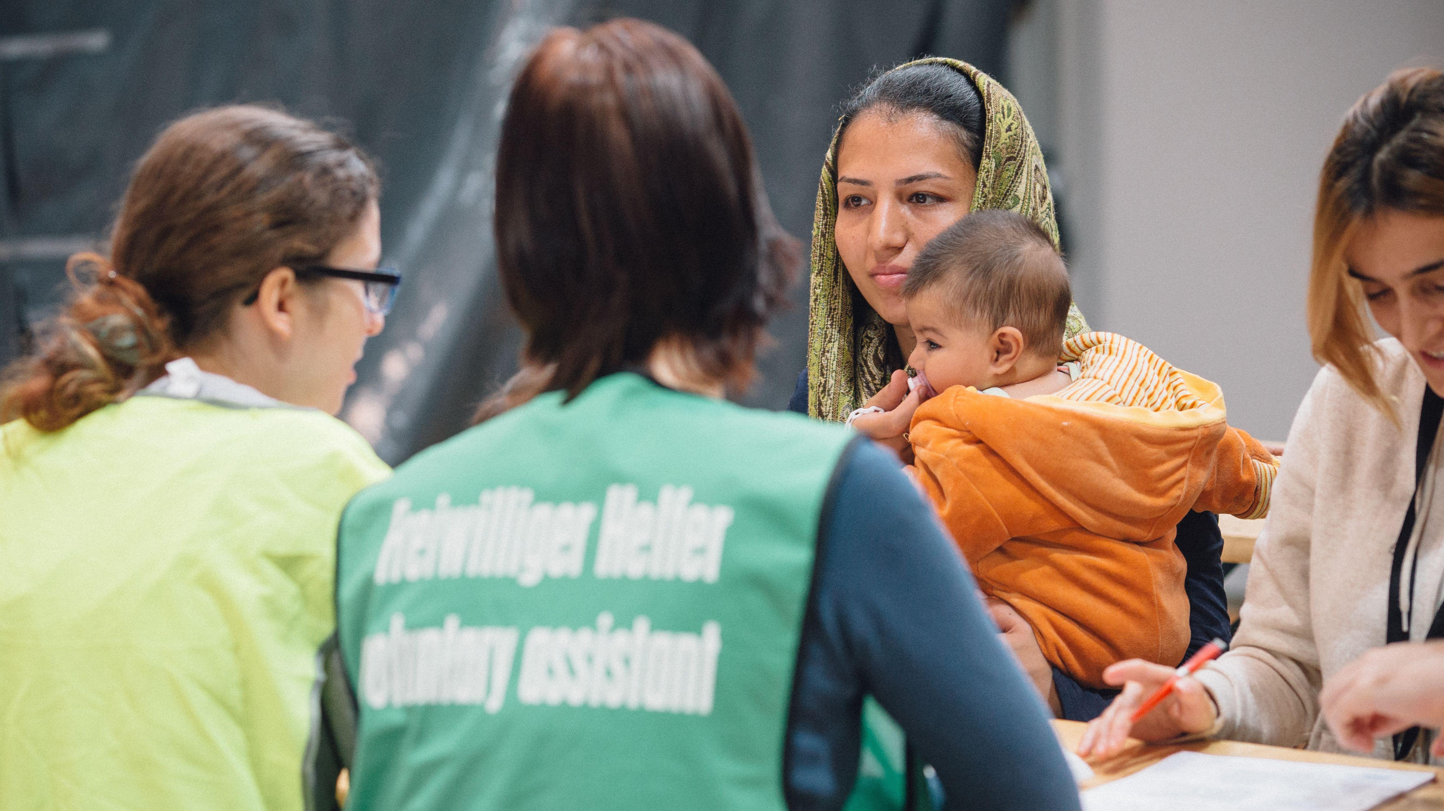Flüchtlinge erhalten am 07.12.2015 in der Erstaufnahme-Einrichtung des Deutschen Roten Kreuzes von Helfern auf dem Gelände der Technischen Universität in Dresden (Sachsen) Deutsch-Unterrricht.