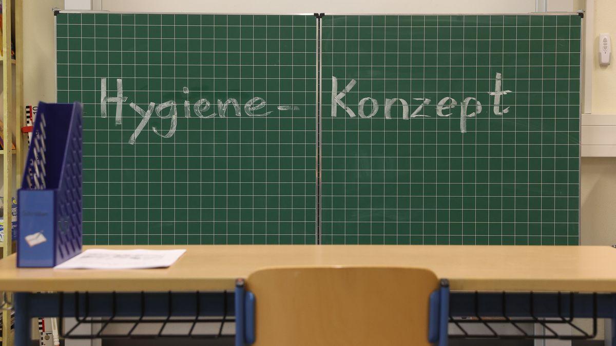 """Symbolbild: Tafel in Klassenzimmer mit der Aufschrift: """"Hygiene-Konzept""""."""