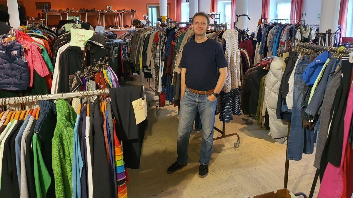 Martin Kienast im Second-Hand-Laden der Kolpingsfamilie. Kleider oder andere Sachspenden für Hochwasseropfer will er derzeit nicht annehmen.