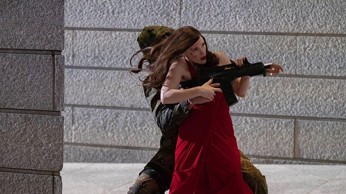 """Schießt scharf und trifft: Jessica Chastain als Agentin in """"Code Ava"""" (Filmszene)."""