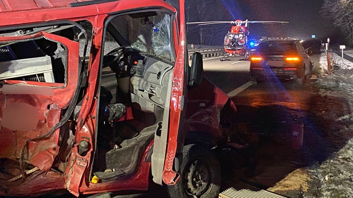 Der zerstörte Kastenwagen mit Rettungshubschrauber im Hintergrund