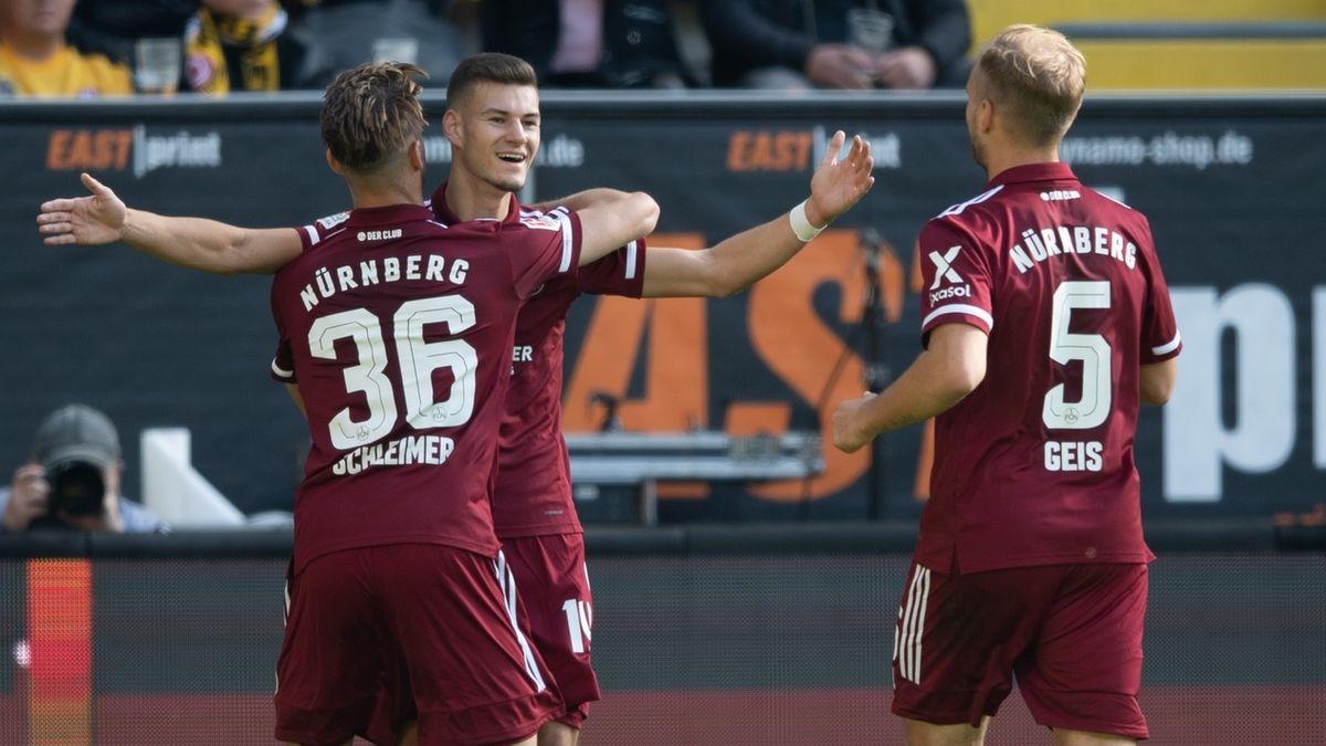Nürnberger Spieler feiern das 1:0 von Tom Krauß (Mitte) in Dresden