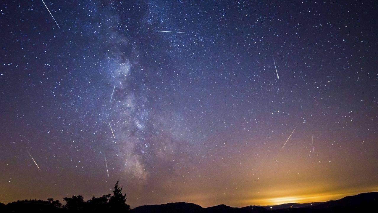 Meteore des Perseiden-Sternschnuppen-Regens: Einen der schönsten Meteorschauer bilden die Perseiden mit dem Höhepunkt in der Nacht vom 12. auf den 13. August. Hier eine Kompositaufnahme der Perseiden-Sternschnuppen aus 10 Einzelbildern der Meteore, aufgenommen 2013 in den USA.