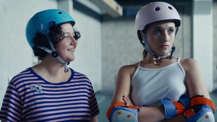 """Szene aus """"Derby Girl"""", Lola (rechts) und ein weiteres Mädchen aus dem Team"""