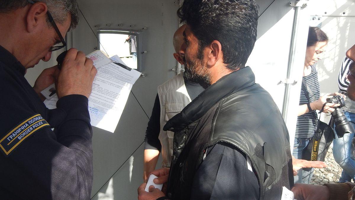 Grenzpolizist überprüft Dokumente eines Flüchtlings