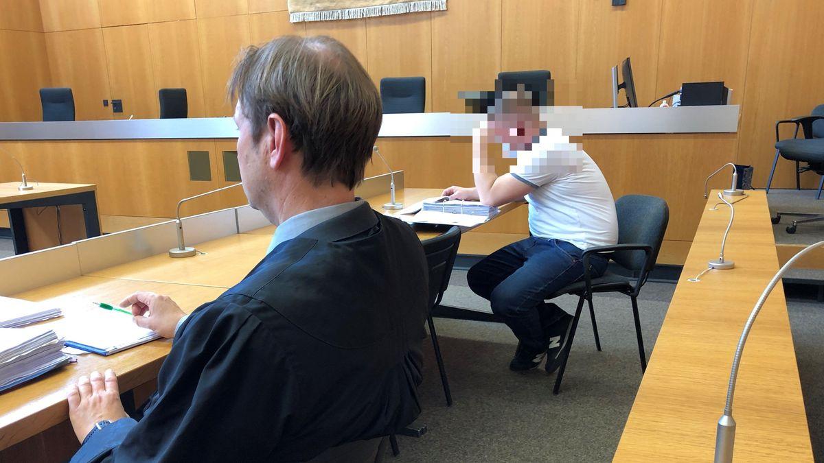 Verteidiger und Mandant auf der Anklagebank im Landgericht Landshut