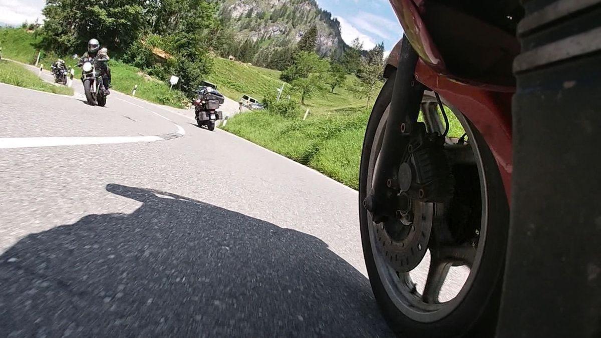 Motorradfahrer auf dem Jochpass im Allgäu