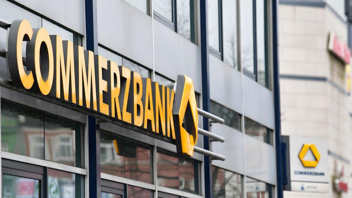 """Der Schriftzug """"Commerzbank"""" über dem Eingang zu einer Filiale."""