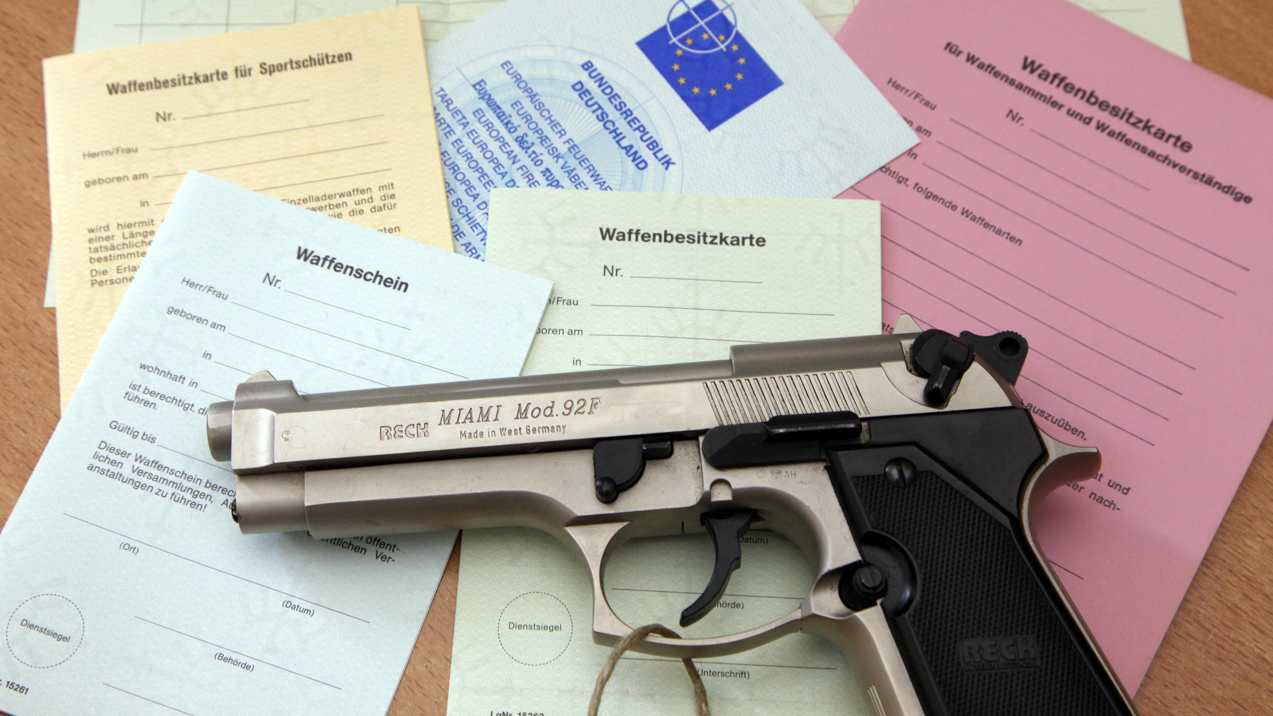 Pistole, Waffenschein, Waffenbesitzkarte (Symbolbild)