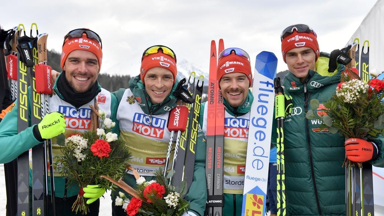 Johannes Rydzek (l-r), Eric Frenzel, Fabian Rießle und Vinzenz Geiger freuen sich über den zweiten Platz.