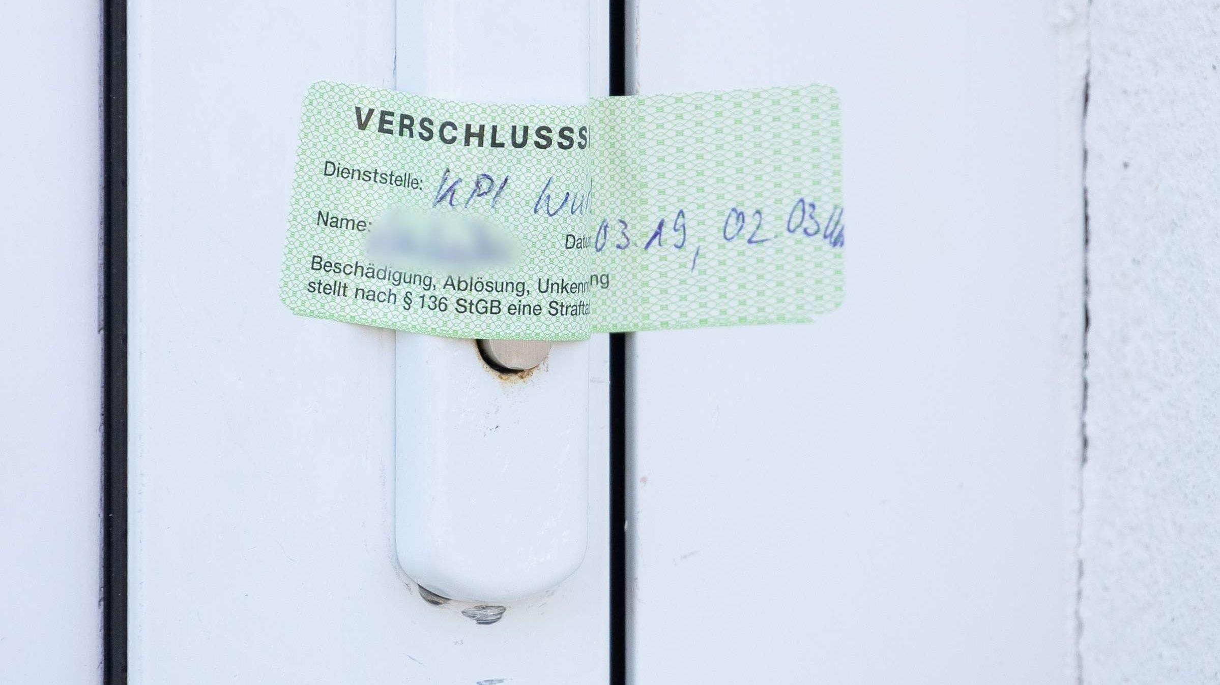 Ein Verschlusssiegel der Würzburger Polizei  auf die Tür eines Wohnhauses, das zuvor durchsucht wurde