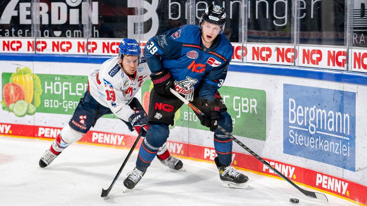 Ben Smith (18, Adler Mannheim ) und Brett Pollock (39, Nürnberg Ice Tigers) im Kampf um den Puck.