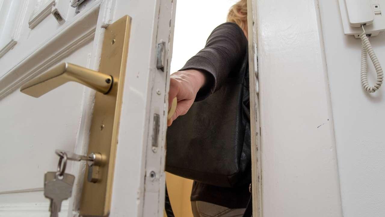 Tür fällt ins Schloss (Symbolbild)