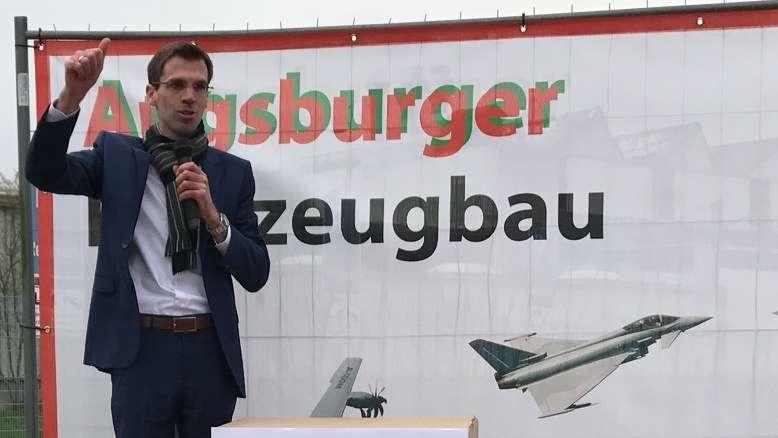 Sebastian Kunzendorf spricht auf einer Kundgebung