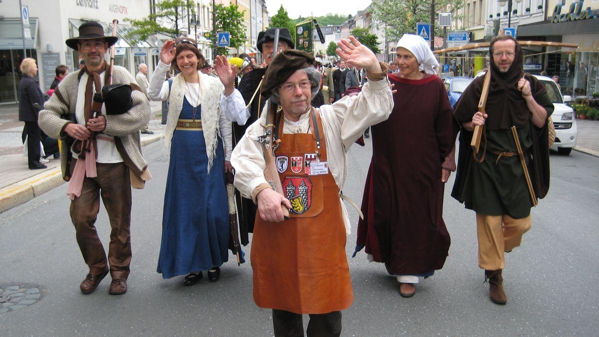 In Tracht gekleidete Handwerker ziehen während des Schlappentages durch die Hofer Innenstadt.