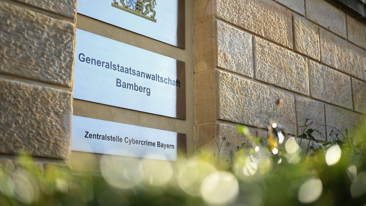 """""""Generalstaatsanwaltschaft Bamberg - Zentralstelle Cybercrime Bayern"""" steht auf einem Schild"""
