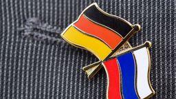 Anstecknadel mit deutscher und russischer Flagge | Bild:dpa/picture-alliance