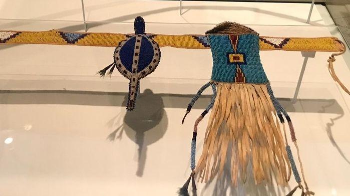 Aus Stoff gewebte Kultgegenstände nordamerikanischer Indianerstämme aus dem McCloud Museum, Montreal.