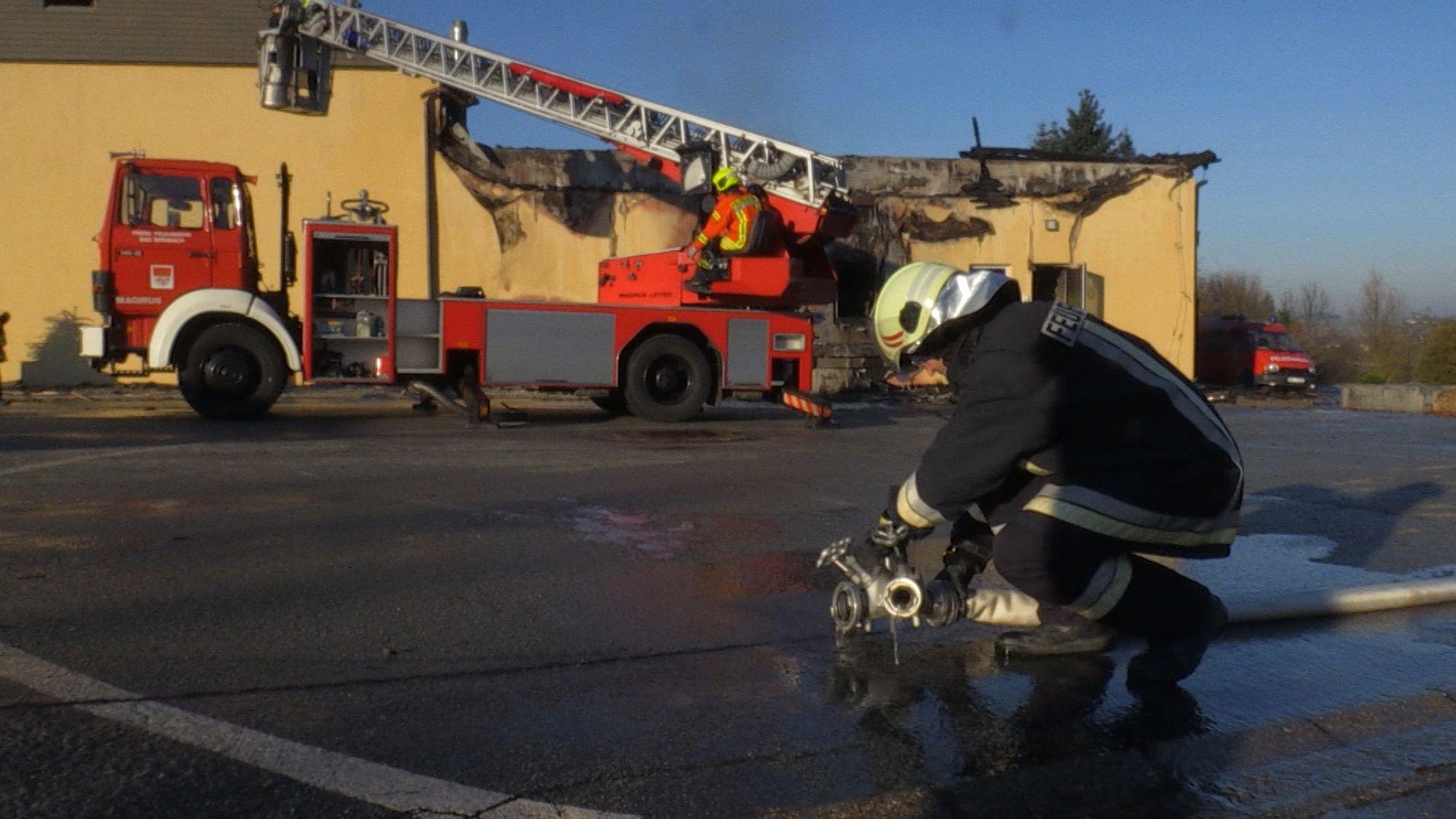 Die Feuerwehr vor dem zerstörten Hallenbad
