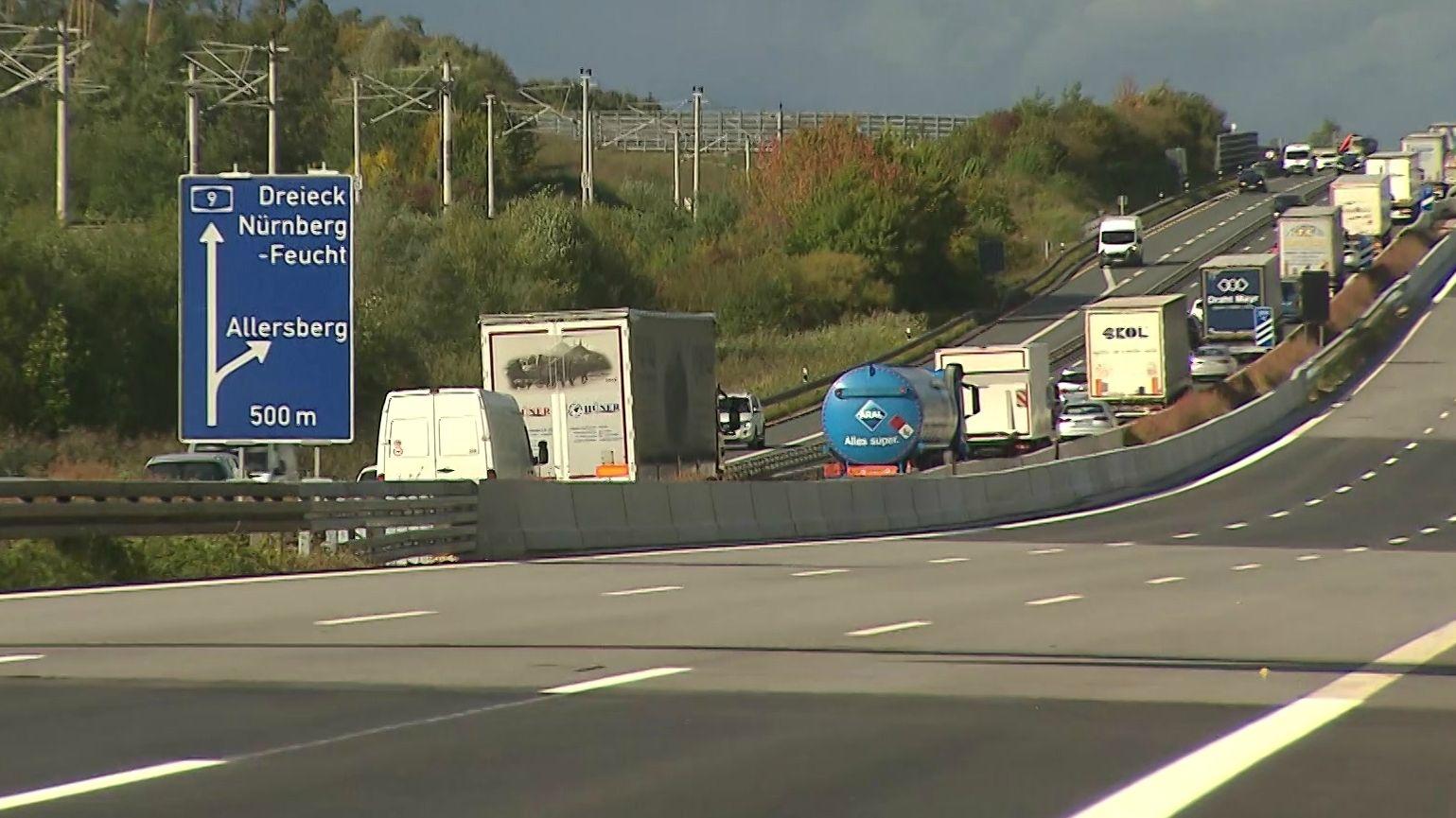 Autobahn A9 mit blauem Schuld mit Aufschrift Dreieck Nürnberg/Feucht